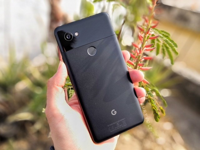 Pixel 2 XL feels more assuring in hands and has better ergonomics than most of the flagships with 18:9 aspect ratio screens