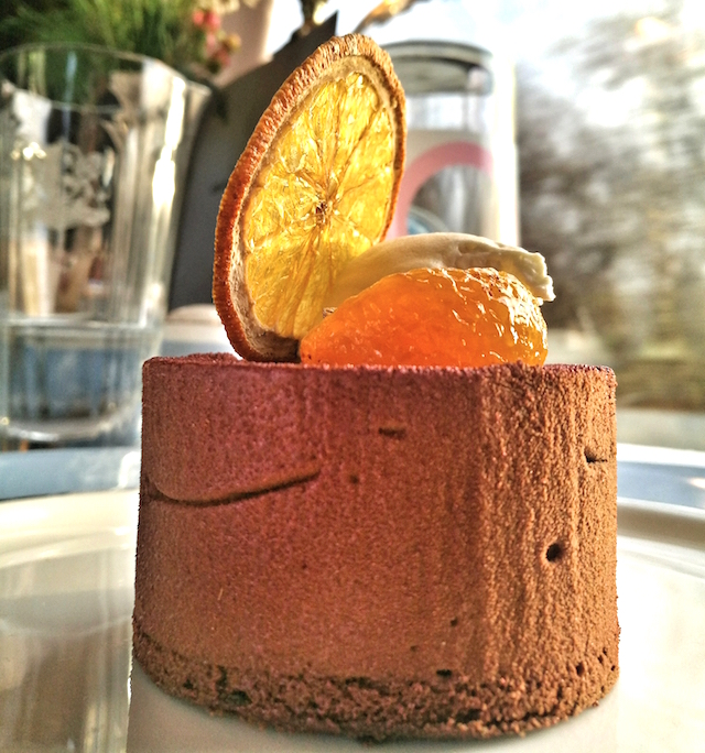 Like luxurious sunshine! Chocolate mousse cake with mandarin. So difficult to take a closeup shot in a moving train. Honor7x made the task much easier.